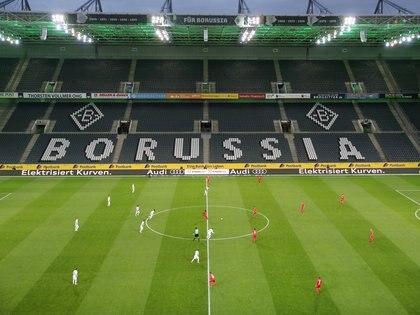 Borussia Moenchengladbach y 1. FC Köln jugaron el 11 de marzo en el Borussia-Park el último partido antes de la interrumpción y el primero sin público en la historia de la Bundesliga (REUTERS)