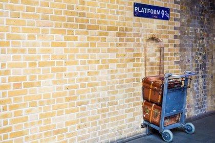 La estación London King's Cross cuenta con un área especial para los entusiastas de Harry Potter para tomarse fotos cruzando la pared en la Plataforma 9 3/4