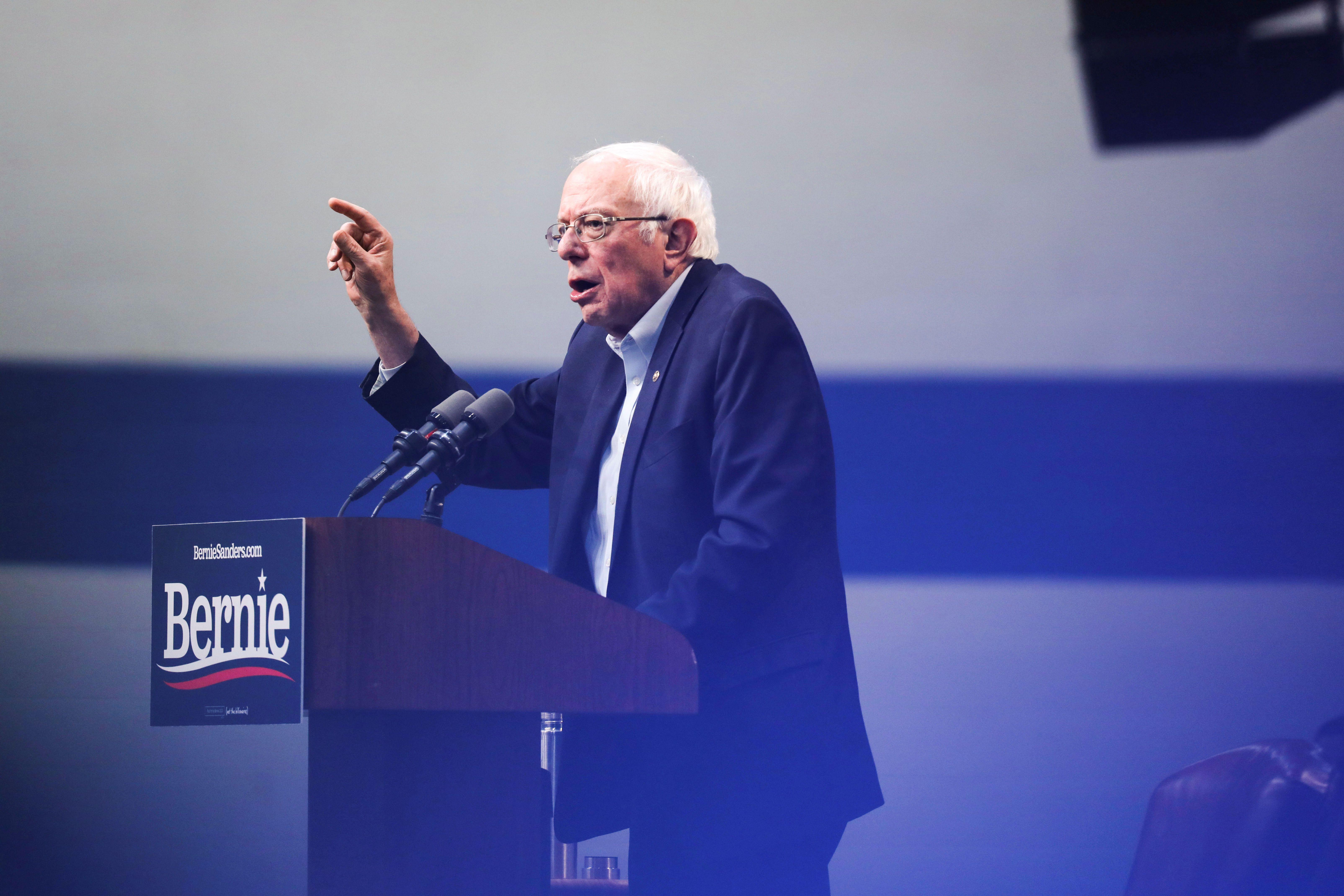 El candidato presidencial demócrata Bernie Sanders habla durante una cumbre sobre la crisis climática en la Universidad Drake, en Des Moines, Iowa, el 9 de noviembre de 2019 (REUTERS/Scott Morgan)
