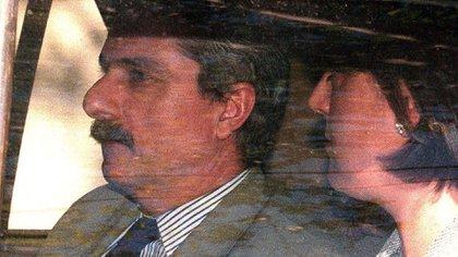 Una foto tomada el 9 de octubre de 1997 muestra a Adolfo Scilingo junto a una mujer llegando a la Corte Suprema de Madrid (AFP)