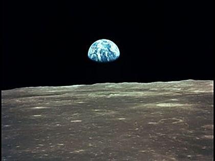 La Tierra asoma por el horizonte lunar durante la inserción orbital del Apolo 11