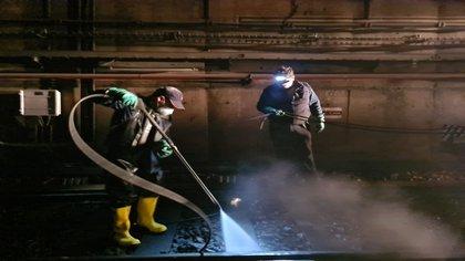 Además, personal del STC realizó la sanitización de las vías (Foto: Twitter@MetroCDMX)