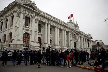 FILE PHOTO-Journalistes devant le Congrès péruvien de Lima.  18 septembre 2020. REUTERS / Sebastian Castaneda