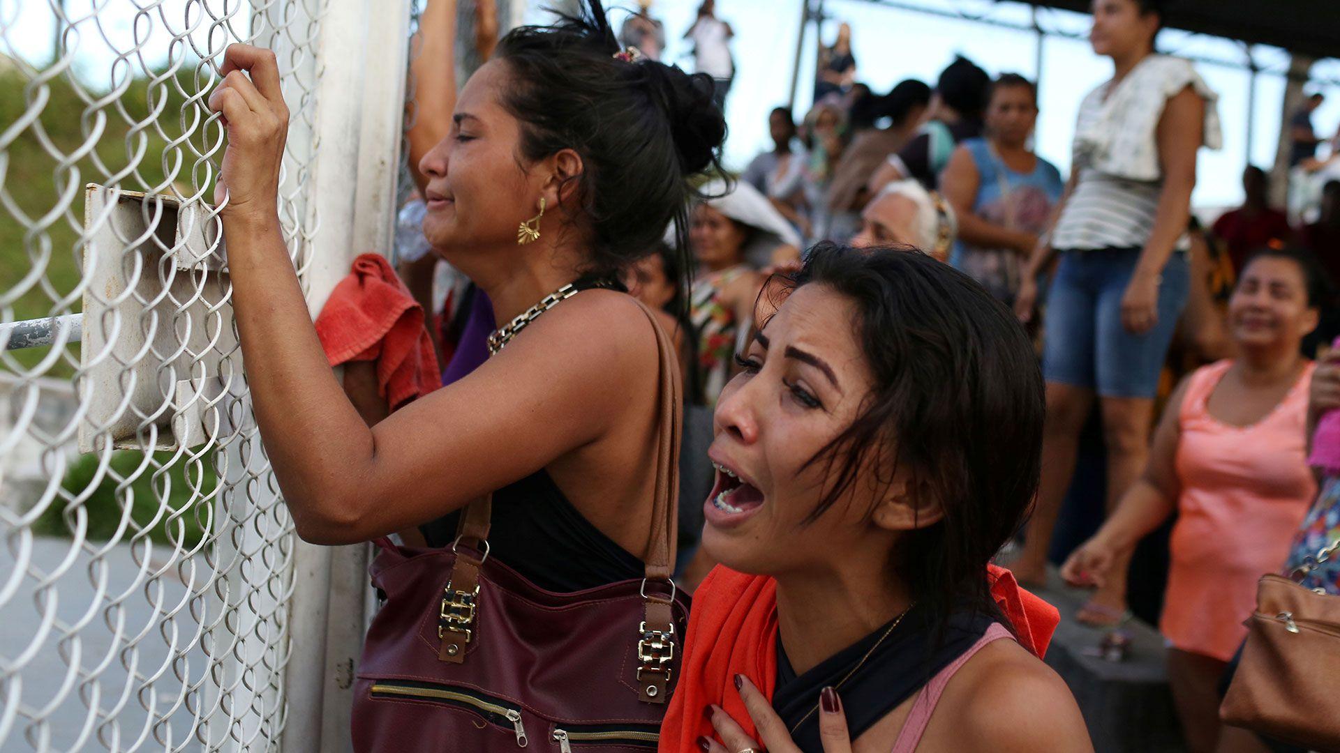 Familiares de las víctimas se acercaron a los centros penitenciarios (Reuters)