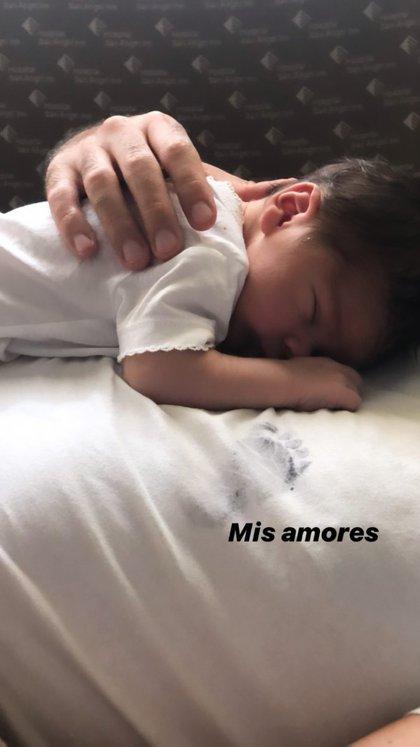 El papá del pequeño viste una playera blanca con la huella del pequeño estampada (Foto: Instagram zoraidagomezmx)