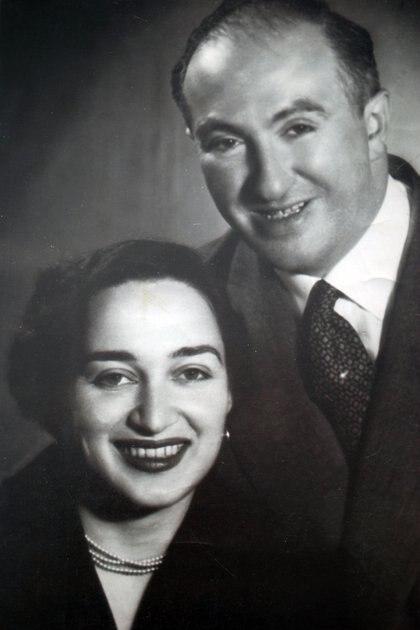 Con Eta, la entrerriana que fue su segunda esposa y con quien formó su nueva familia en Argentina.