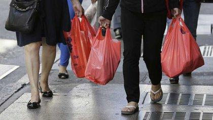 Se presume que la producción de bolsas de tela o cartón genera más gases de efecto invernadero (Foto: AP)