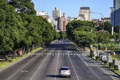 Vista de la ciudad de Buenos Aires desierta en medio de la cuarentena oficial (Photo by RONALDO SCHEMIDT / AFP)