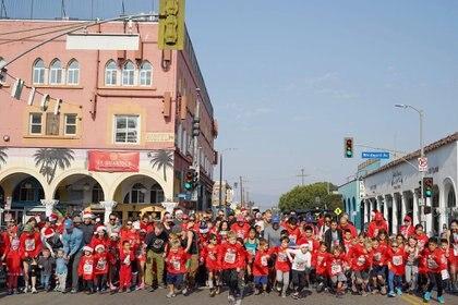 Grandes y chicos se suman al certamen de Los Ángeles (Facebook Christmas Run)