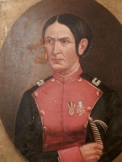Juana Azurduy, vestida con casaca militar y luciendo las medallas que ganó por su desempeño en el campo de batalla.