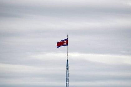 Una bandera de Corea del Norte ondea en la parte superior de una torre de 160 metros en la aldea de propaganda de Gijungdong, vista desde el lado surcoreano (Reuters)