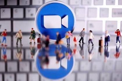 Zoom se convirtió en una de las plataformas de videollamadas más utilizadas  (REUTERS/Dado Ruvic/Illustration)