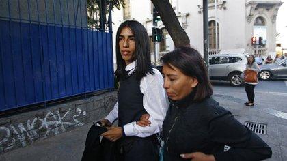 Arlén junto a su madre, Paola (AFP)