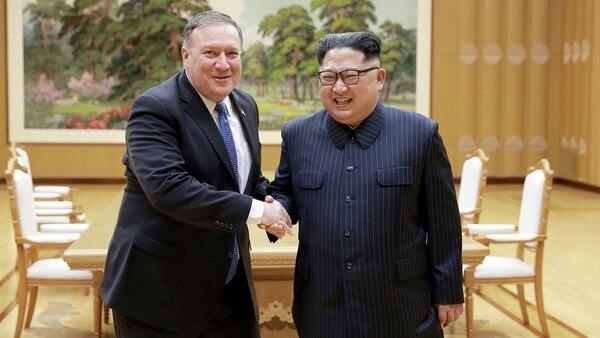 El líder norcoreano Kim Jong Un estrecha la mano del Secretario de Estado estadounidense Mike Pompeo, el 9 de mayo de 2018,(Reuters)