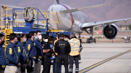 Chilean Investigative Police (PDI) and airport security forces guard the arrival of the Sinovac vaccines (EFE / Alberto Valdés)