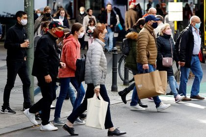 FILE PHOTO: People wearing face masks are pictured at Schloss Strasse shopping street, as the coronavirus disease (COVID-19) outbreak continues, in Berlin, Germany, October 24, 2020. REUTERS/Fabrizio Bensch