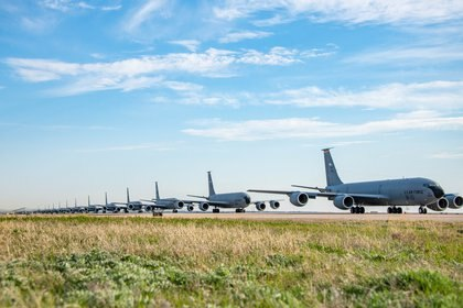 "En esta imagen de archivo, aeronaves cisterna KC-135 ""Stratotanker"" como las utilizadas para reabastecer en vuelo a los Boeing RC-135W ""Rivet Joint"" (U.S Air Force/Senior Airman Breanna Klemm/Reuters)"