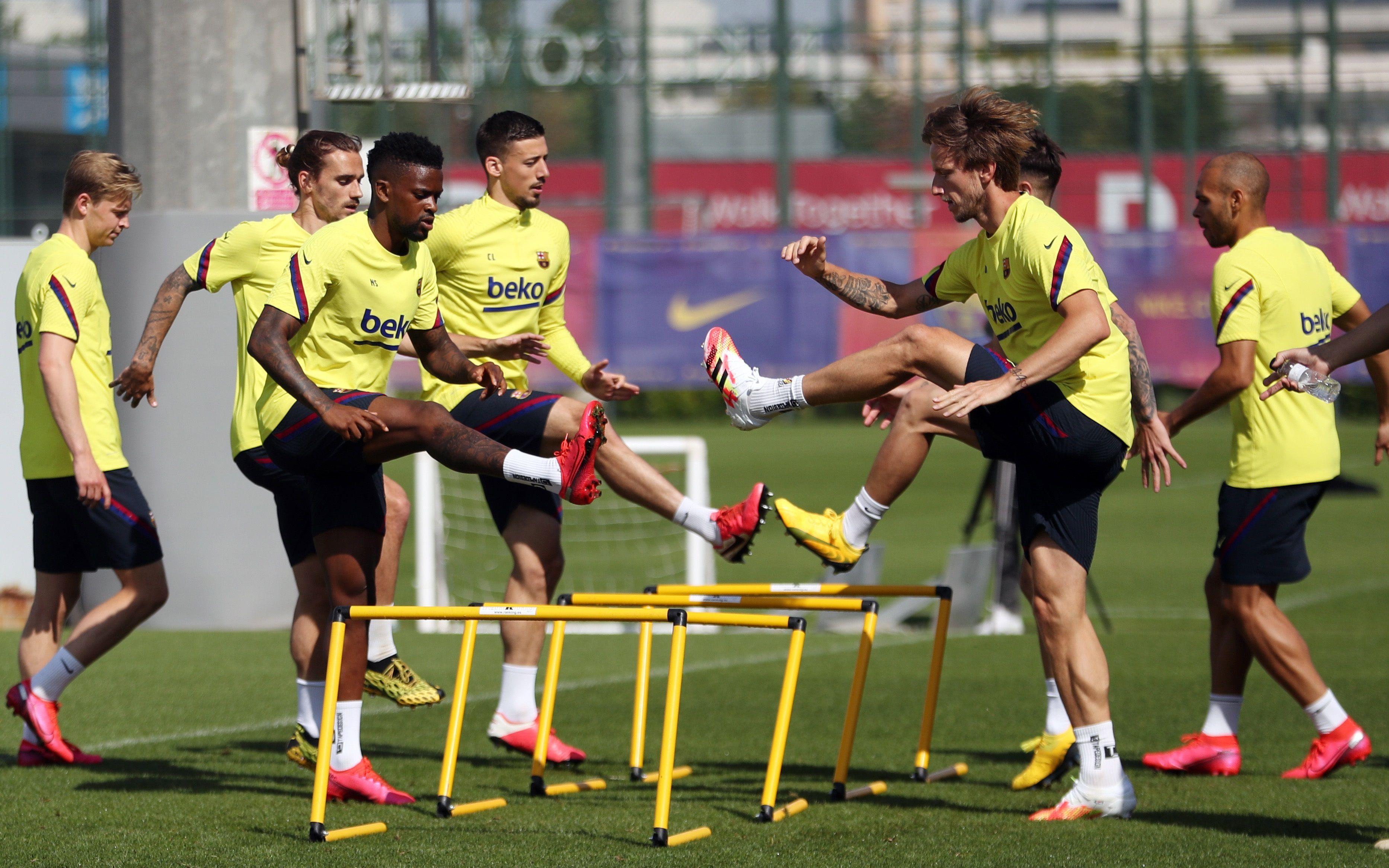 El defensa del FC Barcelona Nelson Semedo junto a sus compañeros, el defensa Lenglet y el delantero Griezmann (EFE)