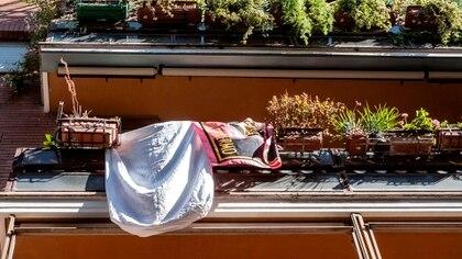 Una sábana en un balcón de la capital italiana con motivo del 28º aniversario de la masacre de Giovanni Falcone (EFE/EPA/LUCIANO DEL CASTILLO)