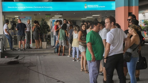 En Buenos Aires hay largas colas para aplicarse la vacuna (Télam)