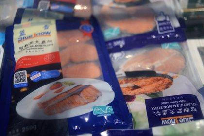 Congelados de salmón importado en un supermercado, luego de nuevos casos de infecciones por coronavirus en Beijing, China (Reuters)