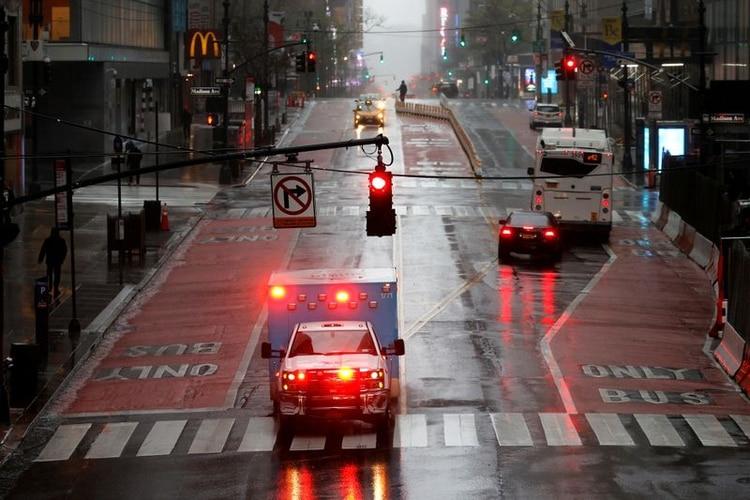 Una ambulancia atraviesa una casi vacía calle 42 Este bajo fuertes lluvias y vientos en Manhattan durante el brote de coronavirus en la ciudad de Nueva York, Nueva York, EEUU, el 13 de abril de 2020. REUTERS/Mike Segar