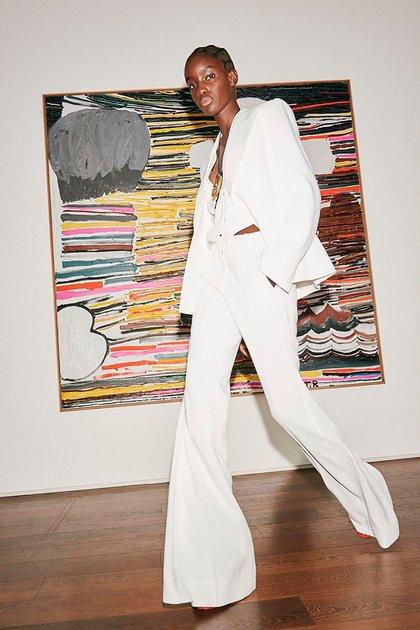 Total white look sastrero. Un look sofisticado presentado para la temporada de primavera-verano de Victoria Beckham