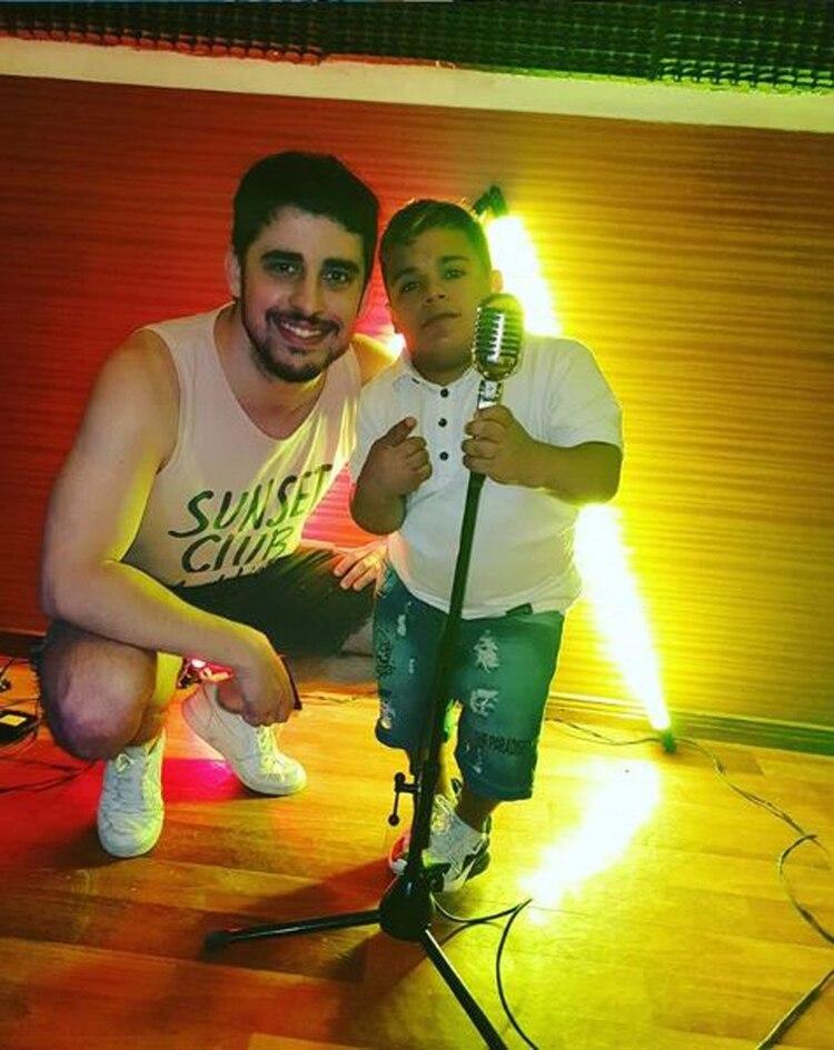 Brian Buley con su amigo Hernán Sepúlveda, vocalista y guitarrista de la banda de cumbia Mesa Vip (Foto: Instagram)