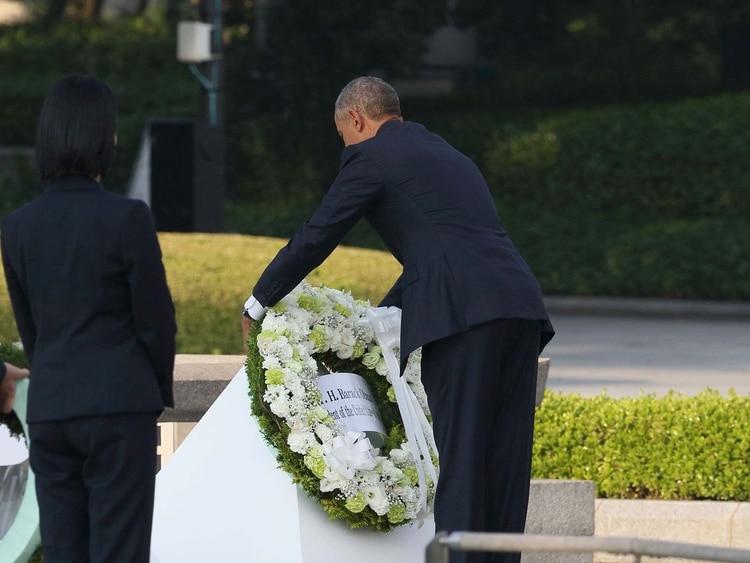 Barack Obama deja una ofrenda floral la primera visita de un presidente estadounidense al Memorial a las víctimas de la bomba atómica en Hiroshima el 27 de mayo de 2016.
