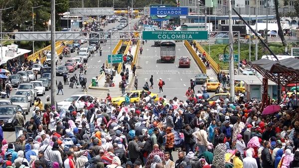 Venezolanos en la frontera entre Colombia y Ecuador. Todos los días miles de personas huyen del país (Reuters)