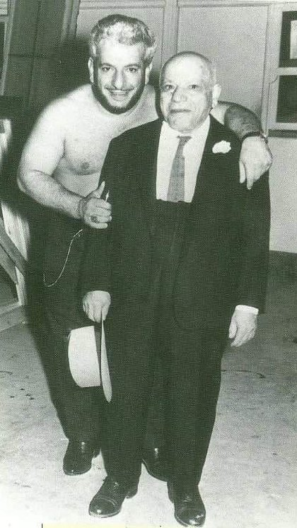 Martín Karadagian and his father: Hamparzum. This is the photo that Paulina's thread started.