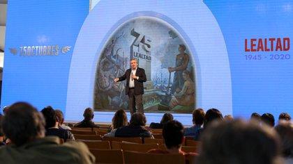 Alberto Fernández, entouré de 50 participants à l'événement et d'un arsenal d'écrans à la pointe de la technologie