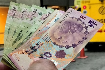 La contracara de la compra de divisas que efectúa el BCRA es una intensa emisión monetaria. (Reuters)