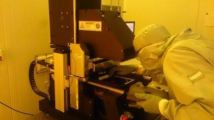 David Trejo trabajando en su laboratorio