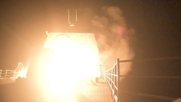 Otra toma del momento en que un misil parte desde el USS Monterey