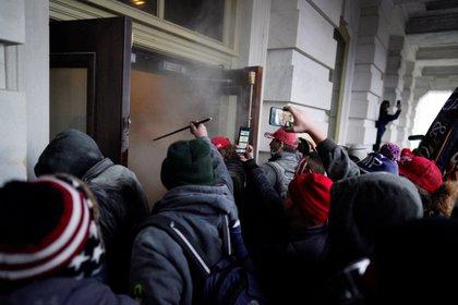 Seguidores del presidente de EE.UU., Donald Trump, irrumpen en el Capitolio, sede del Congreso estadounidense, en Washington, el 6 de enero de 2021. EFE/Will Oliver