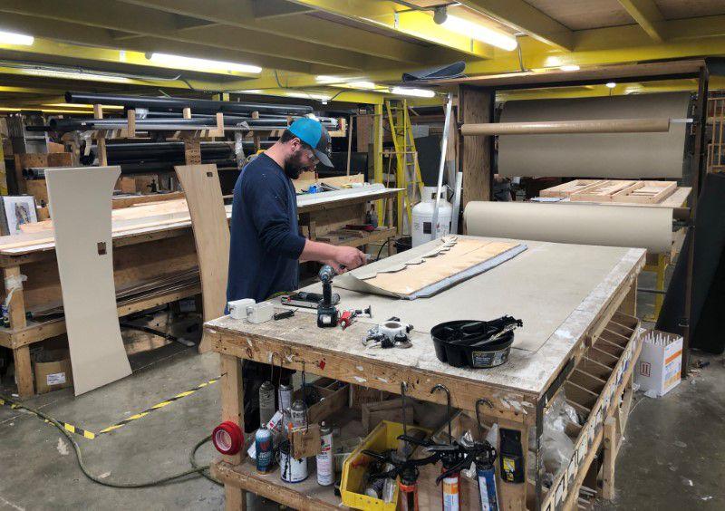 Imagen de archivo de un trabajador de una línea de montaje en la planta manufacturera de casas rodantes Renegade RV en Bristol, Indiana, Estados Unidos. 16 de abril, 2019. REUTERS/Tim Aeppel/Archivo