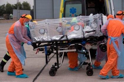 El traslado de un paciente en Chile (EFE/Alberto Valdés)