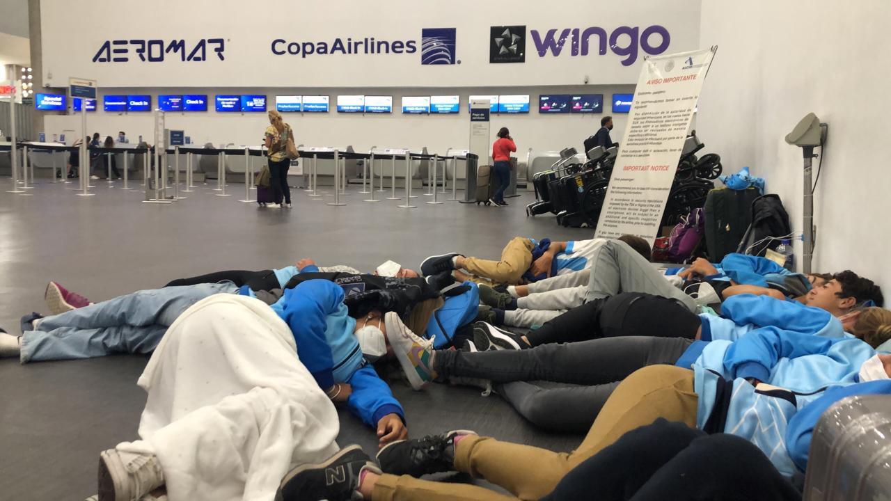 Equipo Argentino de Optimist varado en el Aeropuerto de México (Infobae)