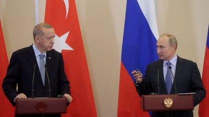FILE PHOTO: Russian President Vladimir Putin (R) and  Turkish President Recep Tayyip Erdogan (L) attend a joint news conference following Russian-Turkish talks in the Black sea resort of Sochi, Russia October 22, 2019. Sergei Chirikov/Pool via REUTERS