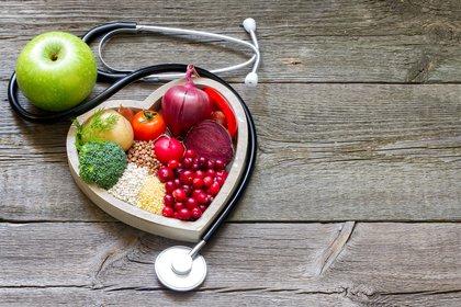 Comer en forma moderada y variada de todos los grupos de alimentos proporciona todos los nutrientes que su cuerpo necesita (Shutterstock)