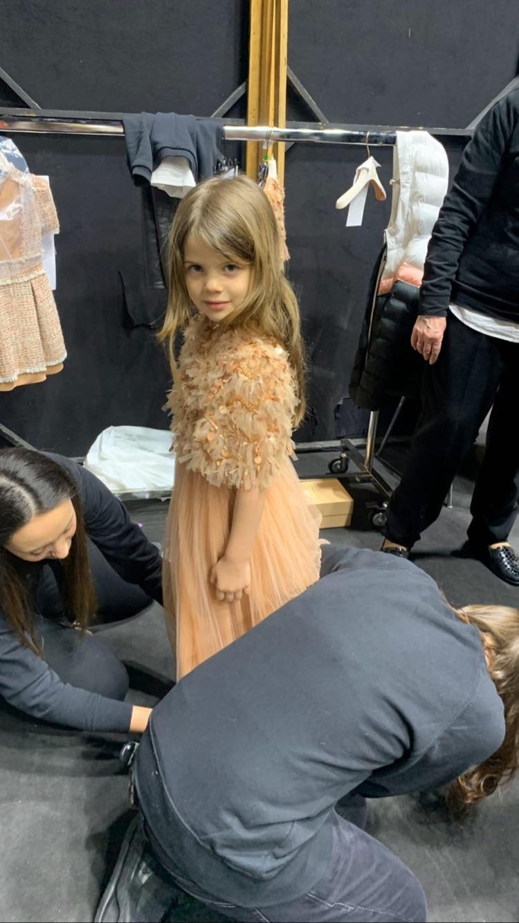 Francesca Icardi con las vestuaristas en pleno backstage antes de comenzar el desfile (Instagram @wanda_icardi)