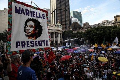 Cientos de personas participando en una concentración para conmemorar el aniversario del asesinato de la concejala Marielle Franco en Río de Janeiro (Brasil). EFE/Marcelo Sayao/Archivo