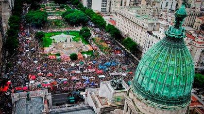 La multitud, desde el drone de Infobae. Argentina se sumó así a los reclamos mundiales por el #8M y #9M (Thomas Khazki)