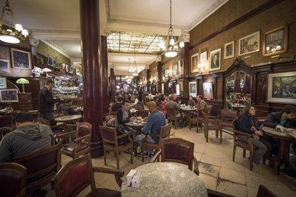 El Café Tortoni este año cumple 160 años en la Ciudad de Buenos Aires. El interior del bar sigue manteniendo sus orígenes