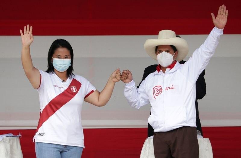 Los candidatos a la presidencia de Perú, Keiko Fujimori y Pedro Castillo, saludan al público en una plaza de la ciudad de Chota en Cajamarca, antes de iniciar un debate electoral. Mayo 1, 2021. REUTERS/Francisco Vigo