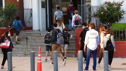 Los alumnos del Colegio ORT, en Belgrano, ingresando esta mañana (Foto: Maximiliano Luna)