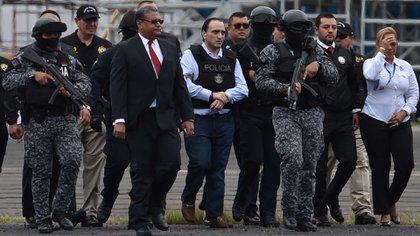 Borge (en el centro de la foto, con chaleco) fue capturado en la capital de Panamá y posteriormente extraditado a México (Foto: Rodrigo Aragua/ AFP)