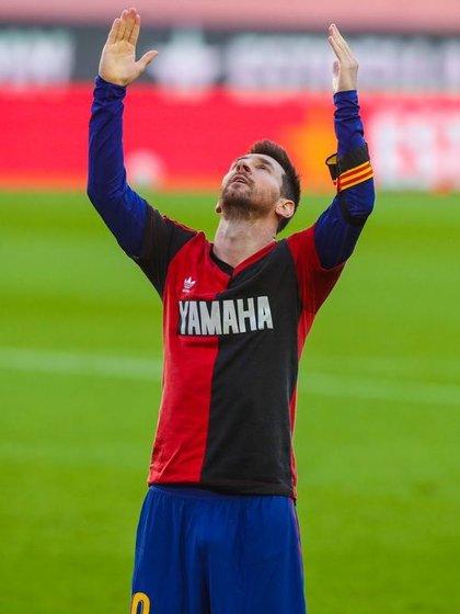 Messi se puso la de Newell's abajo de la del Barcelona para homenajearlo