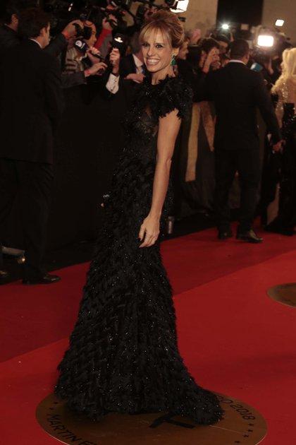 Mariana Fabbiani eligió una pieza del diseñador Gabriel Lage con mangas japonesas en plumas. El vestido íntegramente bordado en cristales negros.